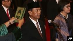 Jenderal (purn.) Wiranto, kiri saat dilantik sebagai Menteri Koordinator Politik, Hukum dan Keamanan RI di Istana Negara, Jakarta, Rabu (27/7).