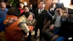 Članovi porodica stradalih u avionskoj nesreći teško podneli saopštenje da nema preživelih na letu MH370