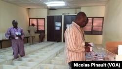 Les membres de la Céni s'activent, samedi 20 février à la mairie du 5e arrondissement de Niamey, afin que le scrutin de dimanche se déroule bien. (VOA/Nicolas Pinault)