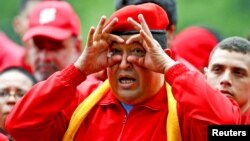 El presidente venezolano Hugo Chávez gesticula durante el mitín de inicio oficial de campaña en Maracay, a 100 kilometros al oeste de Caracas.