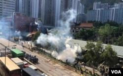有網上圖片拍攝到警方8月5日下午在黃大仙廟附近施放催淚彈驅散堵路的示威者。(網上圖片)