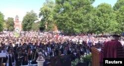 Para mahasiswa bersorak sorai setelah miliarder Robert Smith (tidak tampak dalam gambar) berjanji membayar utang pendidikan para mahasiswa Angkatan 2019 Morehouse College, di Atlanta, Georgia, 19 Mei 2019.