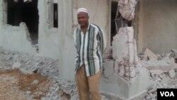 Um muçulmano em frente a uma mesquita destruída em Luanda a mando das autoridades por ser ilegal.