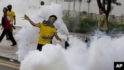 警察用催淚彈對付示威人士。