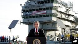 """Президент США Джордж Буш-младший объявляет об окончании военной операции США в Ираке на палубе авианосца """"Авраам Линкольн"""", 1 мая 2003 г. (фото (AP/J. Scott Applewhite)"""