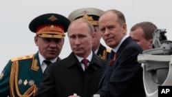 俄罗斯总统普京与他的国防部长与国家安全负责人在一起。 (资料照片)