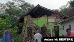 Sebuah rumah terlihat rusak akibat gempa di Malang, Jawa Timur, 10 April 2021. (Foto: Antara via Reuters)