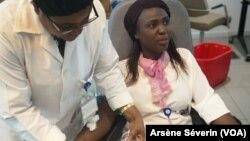 Une donneuse de sang à Brazzaville, le 27 juin 2019. (VOA/Arsène Séverin)