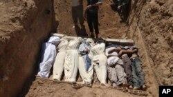 시리아 다마스쿠스에서 화학무기 사용으로 사망한 것으로 추정되는 시리아인들의 장례식 장면을 22일 샴 뉴스 넷트워크가 공개했다.