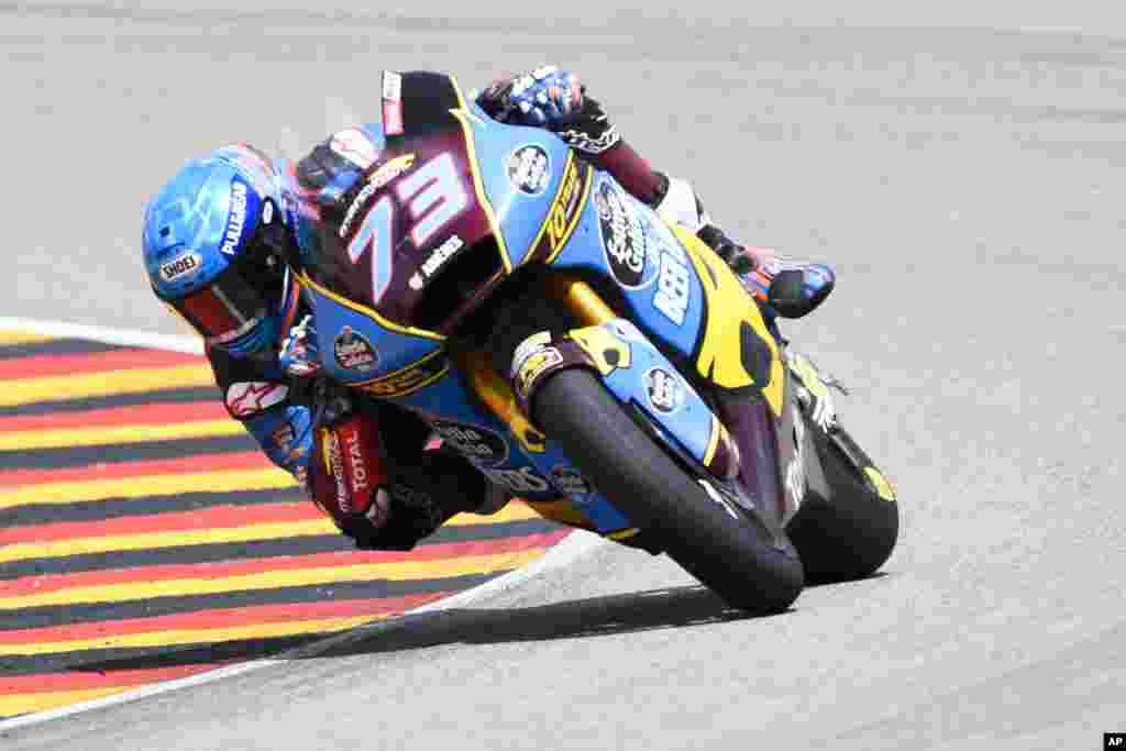 صحنه ای از رقابت یک موتور سوار اسپانیایی در مسابقات جایزه بزرگ آلمان.