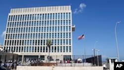 Tư liệu: Quốc kỳ Mỹ tung bay tại Đại sứ quán Hoa Kỳ ở La Havana, Cuba. Các nhà điều tra Mỹ đang tiến hành điều tra nguyên nhân gây ra những triệu chứng lạ nơi các nhà ngoại giao Mỹ làm việc ở Cuba. (AP Photo/Desmond Boylan)