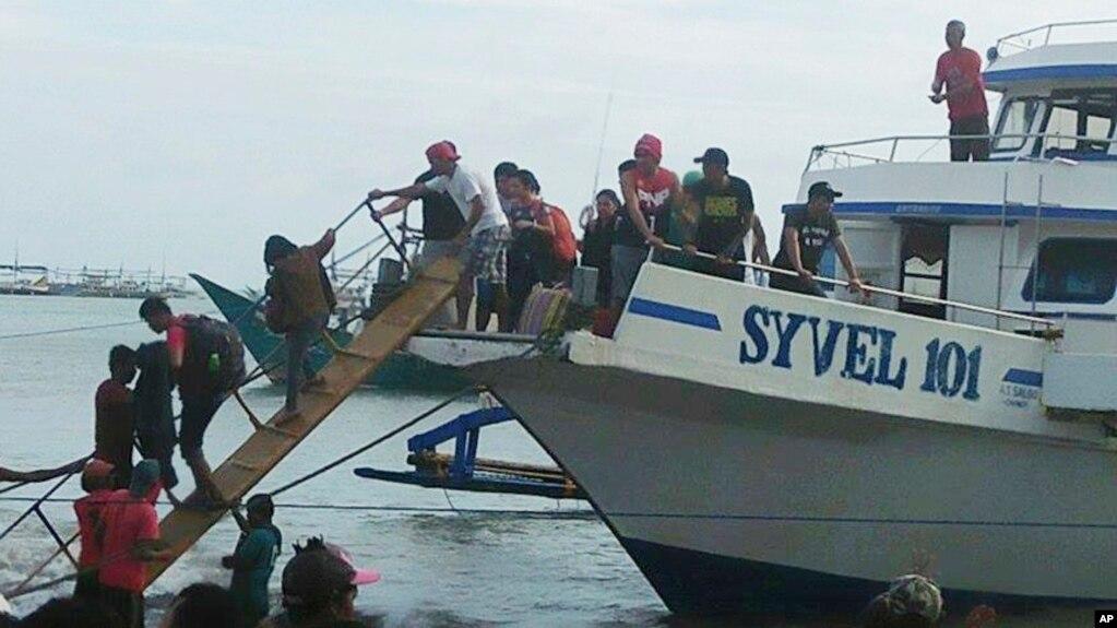 Hành khách được cứu trong tai nạn lật phà ở Quezon, Philippines, ngày 21/12/2017.