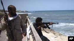 가다피의 해변 별장을 공격하는 반군
