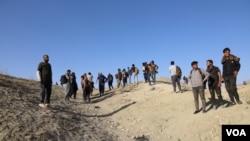 شماری از پناهجویان افغانستان در نزدیکی شهر وان واقع در شرق ترکیه