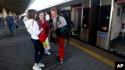 Warga Ukraina menunggu keberagkatan kereta tujuan Przemysl, Polandia dari Kyiv hari Minggu (11/6) setelah berlakunya bebas visa Uni Eropa.