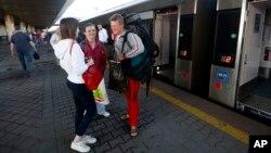 Граждане Украины готовятся сесть на поезд в Польшу. Киев, Украина. 11 июня 2017 г.