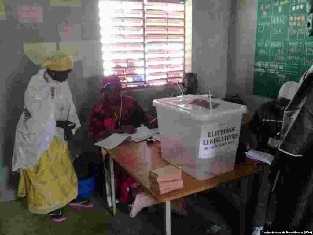 Dans un bureau de vote du département de Pikine, au Sénégal, le 30 juillet 2017. (VOA/Centre de vote de Keur Massar)