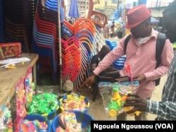 Franck Nzila Malembe, négociant les jouets au marché Poto Poto, au Congo-Brazzavile, le 22 décembre 2017. (VOA/Ngouela Ngoussou)