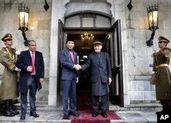 Presiden Afghanistan Ashraf Ghani (tengah kanan) dan Presiden Indonesia Joko Widodo bersalaman sebelum memulai pertemuan di Istana Kepresidenan di Kabul, Afghanistan, 29 Januari 2018.(Foto: AP)