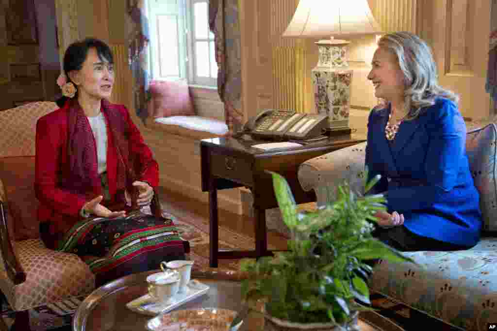 Secretary of State Hillary Rodham Clinton, right, meets with Burmese democracy leader Aung San Suu Kyi at the State Department, Washington, September 18, 2012.