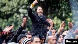 """突尼斯""""人民陣線""""領導人貝萊德遭暗殺後﹐他的支持者在內政部前高喊口號示威"""