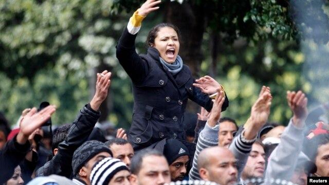 Dân Tunisia biểu tình bên ngoại Bộ Nội vụ sau cái chết của nhà lãnh đạo đối lập Chokri Belaid 7/2/13