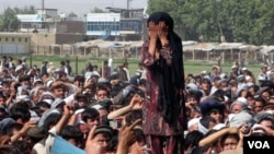 Seorang perempuan Afghanistan yang keluarganya terbunuh dalam operasi NATO, ikut dalam demonstrasi rusuh di Taloqan (18/5).