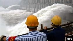 2003年6月10日工程人员湖北省宜昌市观察三峡大坝