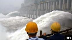 这张拍摄于2003年的照片显示三峡大坝正在开闸泄洪。