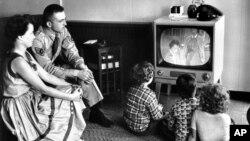 یک خانواده آمریکایی در حال تماشای تلویزیون، ژوئیه ۱۹۵۴ - یکی از سرگرمی هایی که اعضای خانواده را گرد هم می آورد