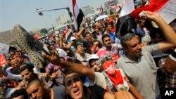 3일 이집트 카이로 타흐리르 광장에 집결한 반정부 시위대가 무함마드 무르시 대통령의 퇴진을 요구하고 있다.