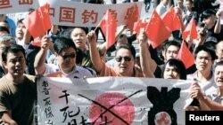 중국 베이징의 일본 대사관 앞에서 일본의 센카쿠열도(중국명 댜오위다오) 국유화에 항의하는 시위를 벌이고있는 중국인들(자료사진)