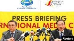 中国外交部国际经济司司长王小龙(左)在巴布亚新几内亚举行的记者会上 (2018年11月18日)