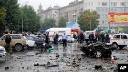 Russian investigators examine the site of a blast near a market in Vladikavkaz, 09 Sep 2010