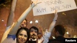 터키 시위대가 2일 새벽 정부 붕괴라는 문구가 담긴 현수막을 들고 있다