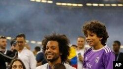 Marcelo célébrant, avec sa famille, la finale remportée de la Champions League, face à la Juventus, au Millennium Stadium de Cardiff, le 3 juin 2017 AP Photo/Frank Augstein)