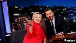 22일 로스앤젤레스에서 인기 토크쇼 '지미 키멜 라이브'를 녹화하고 있는 힐러리 클린턴(왼쪽) 민주당 대통령 후보.