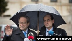 시리아 정부 측 대표인 파이살 메크다드 시리아 외무차관(왼쪽)이 10일 반군과의 평화회담을 위해 제네바 유엔 본부에 도착했다.