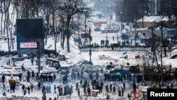 Suasana di Kyiv, saat demonstran anti-pemerintah berhadapan dengan formasi polisi anti huru hara (29/1).