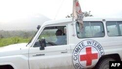 Kendaraan van Komite Internasional Palang Merah (ICRC) dalam perjalanan ke Rutshsuru, sekitar 30 km dari kota Goma, Republik Demokratik Kongo timur, 8 Mei 2012. (JUNIOR D.KANNAH / AFP)