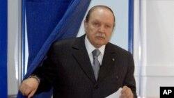 Presiden Aljazair Abdelaziz Bouteflika meninggalkan bilik suaranya dalam pemilu parlemen di Aljazair (10/5).