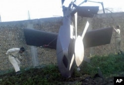 Destroços do novo helicóptero americano, podendo ver-se, para além dos estabilizadores (asas curtas), o novo design da hélice principal, com 5 pás curtas, em vez de 4 pás longas.