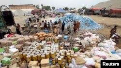 Ces hommes participent à la distribution alimentaire. (Photo d'archive).