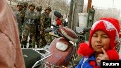 Cảnh sát an ninh trên một phố ở Kashgar, Khu tự trị người Uighur ở Tân Cương, Trung Quốc, tháng 3/2017. Các công chức địa phương Trung Quốc được yêu cầu tới sống với người Uighur bản địa trong 1 tuần để theo dõi xu hướng nghiêng về tôn giáo của sắc dân này.