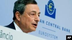 Chủ tịch Ngân hàng Trung ương châu Âu Mario Draghi phát biểu trong một cuộc họp báo ở Frankfurt, Đức, 15/4/2015.