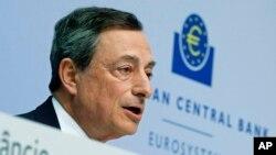 Presiden Bank Sentral Eropa (ECB) Mario Draghi, dalam sebuah konferensi pers di Frankfurt, Jerman. (AP/Michael Probst)