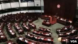 香港特首梁振英出席立法会施政报告答问大会,有泛民议员举牌及放黄伞抗议 (美国之音汤惠芸拍摄)
