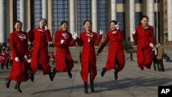 Các đại biểu chụp hình trước Sảnh đường Nhân dân ở Bắc Kinh trước phiên khai mạc của Đại hội lần thứ 18 của Đảng Cộng sản Trung Quốc tại Bắc Kinh, ngày 8/11/2012.