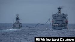 """美國海軍第七艦隊柯蒂斯·威爾伯號導彈驅逐艦和澳大利亞皇家海軍的安扎克級護衛艦""""巴拉臘特""""號在南中國海進行聯合軍演。(2021年6月11日)"""