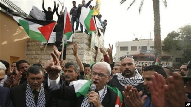 Senior Palestinian negotiator Saeb Erekat, center, surrounded by Fatah supporters speaks during a rally in the West Bank town of Jericho, 25 Jan 2011.